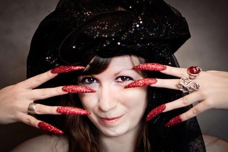 unas largas: Bastante joven bruja con turbante negro y las uñas largas