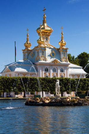 palacio ruso: Gran Palacio Peterhof en el viejo parque de Petergof, Rusia Editorial