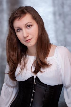 vestido medieval: Retrato de una hermosa mujer en traje de época medieval Foto de archivo