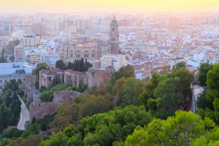 Horizontales Foto des schönen Sonnenuntergangs der Stadt Malaga, Spanien. Es gibt eine palastartige Festung - die Alcazaba und die Kathedrale von Malaga