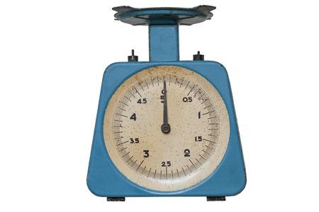justice scale: Balanza de cocina azul aislado en fondo blanco