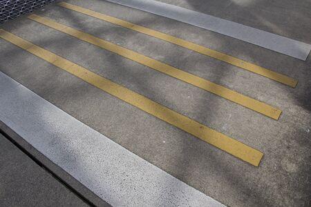 paso de cebra: Paso de peatones sombra en amarillo y negro