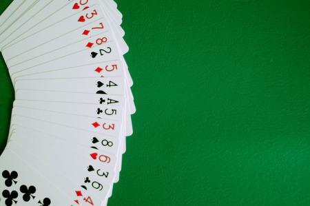 spazio della copia della carta del poker nella priorità bassa verde