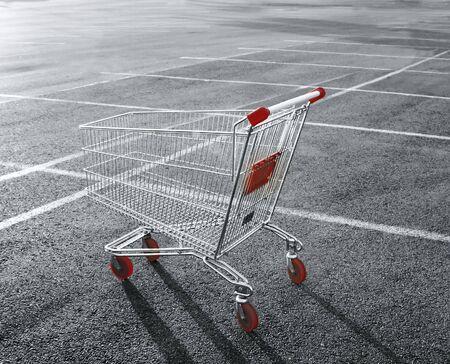 mucho dinero: Carro de compras en un estacionamiento de la tienda