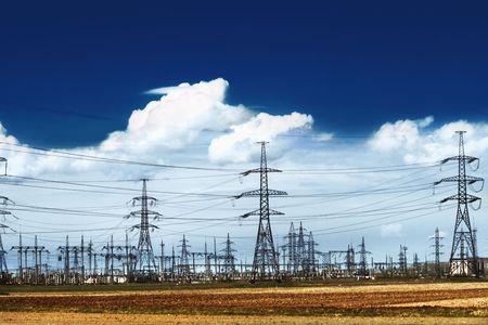 hoogspanningsmasten: Elektriciteit pylonen met een blauwe hemel