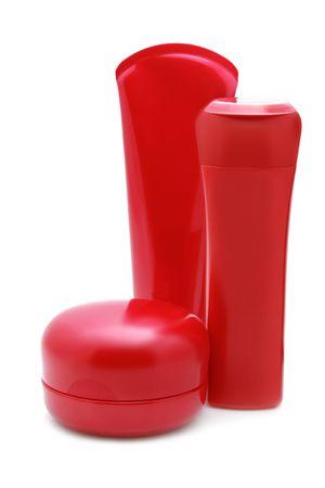 champu: Conjunto de botellas de cosm�ticos rojos aislados sobre fondo blanco  Foto de archivo