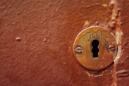rust red: Ojo de cerradura en la puerta de la antigua
