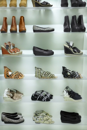 tienda de zapatos: Lotes de zapatos en venta Foto de archivo
