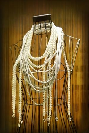 Mannequin met kettingen in winkel showcase