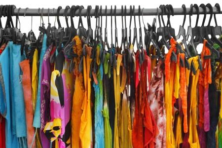 ropa de verano: Una hilera de ropa de verano colgado en el estante