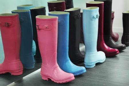 rain boots: Botas de goma