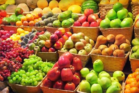 canastas con frutas: Las frutas frescas en un mercado Foto de archivo