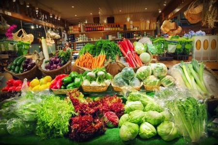 abarrotes: Verduras en un puesto del mercado