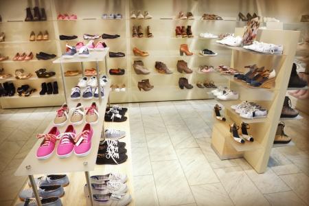 tienda zapatos: Un montón de zapatos a la venta Foto de archivo