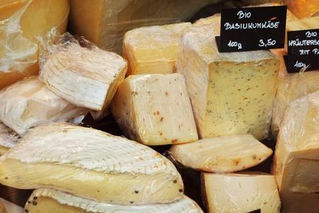 Diversos quesos en una tienda photo