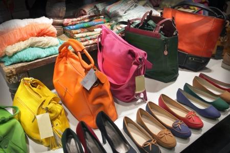 Schaufenster mit Taschen und Schuhe
