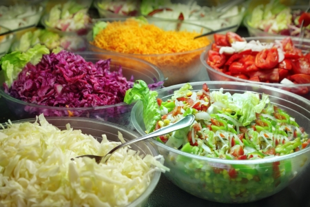 plato de ensalada: Buffet de ensaladas Foto de archivo