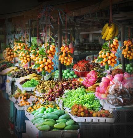 시장에서 신선한 과일 스톡 콘텐츠