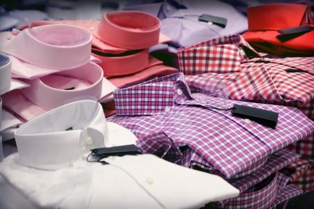 Verschiedene Hemden in einem System Lizenzfreie Bilder