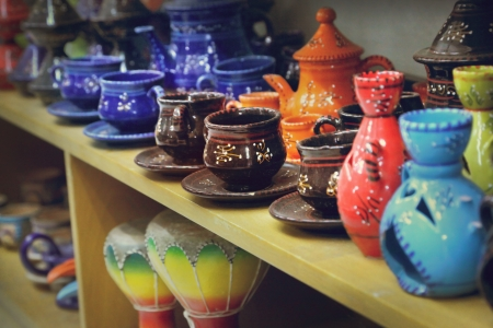 middle eastern ethnicity: Earthenware in the market, Tunisia Stock Photo