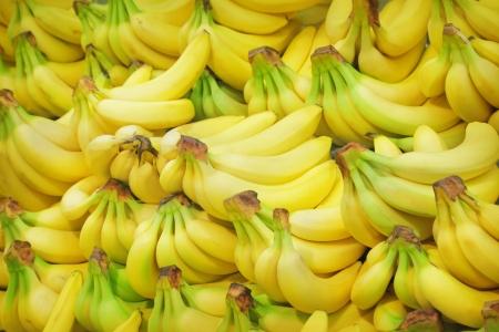 Stapel van bananen op een markt