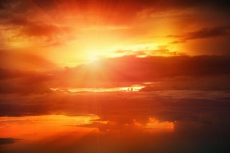 plan éloigné: Coucher de soleil au dessus des nuages ??du hublot d'un avion