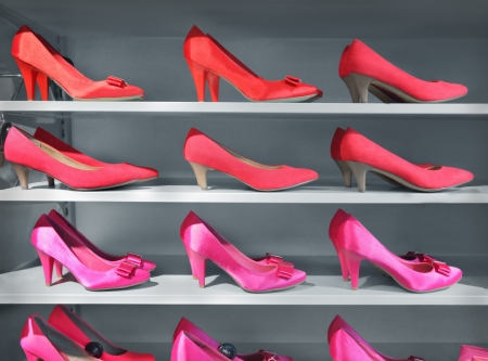 tienda de zapatos: Los zapatos en una zapatería