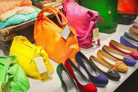 Escaparate con bolsos y zapatos