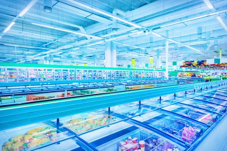 nevera: Diversos productos en un supermercado
