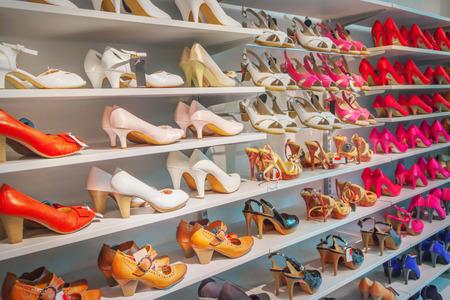 tienda de zapatos: Zapatos en una tienda de zapatos Foto de archivo