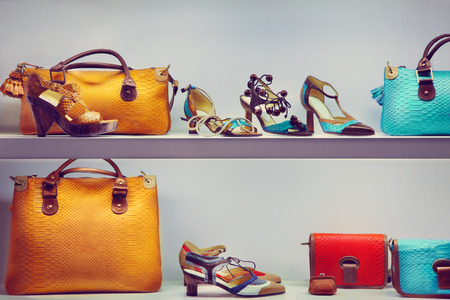 zapato: Escaparate con bolsos y zapatos Foto de archivo