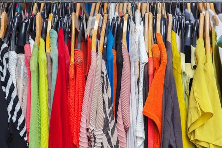 tienda de ropa: La ropa en la percha Foto de archivo