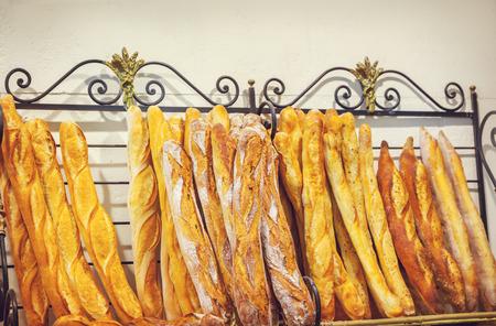 comiendo pan: Primer plano de un poco de pan baguette francesa Foto de archivo