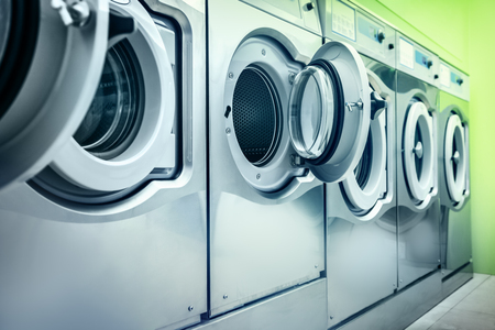 lavando ropa: Lavadoras Foto de archivo