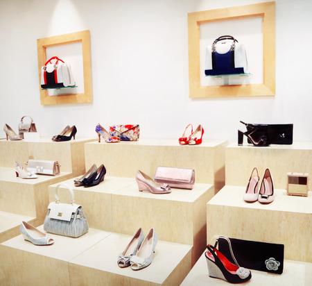 tienda de zapatos: Escaparate con bolsos y zapatos Foto de archivo