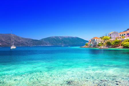 turquesa: fiskardo pueblo, la isla de Kefalonia, Grecia Foto de archivo