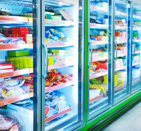 nevera: Alimentos en un supermercado