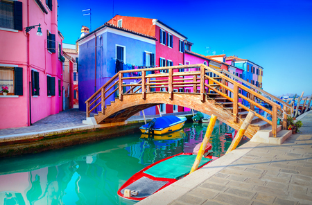 ブラーノ島、ヴェネツィア、イタリアでカラフルな家
