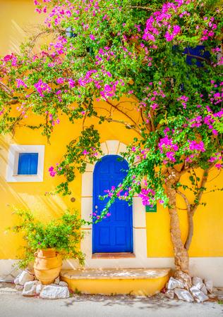 greek pot: Vecchia porta di legno