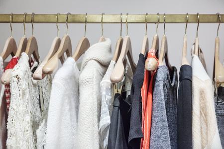 tienda de ropa: Una hilera de ropa colgada en el perchero