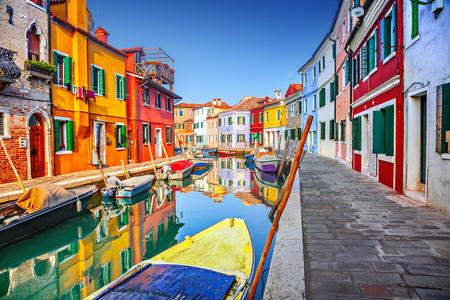 Kleurrijke huizen in Burano, Venetië, Italië Stockfoto - 69511864