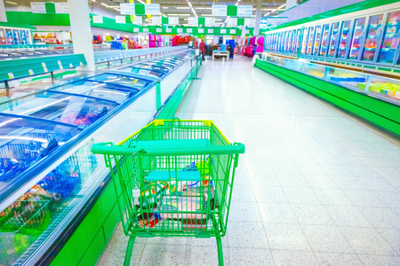 Shopping cart in a supermarket Imagens