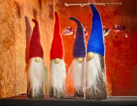 tejido de lana: Gnomos navideños Foto de archivo