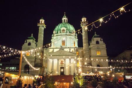 Karlsplatz Kerstmarkt in Wenen, Oostenrijk Stockfoto - 89615475