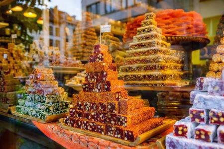 Oriental sweets at the market Foto de archivo