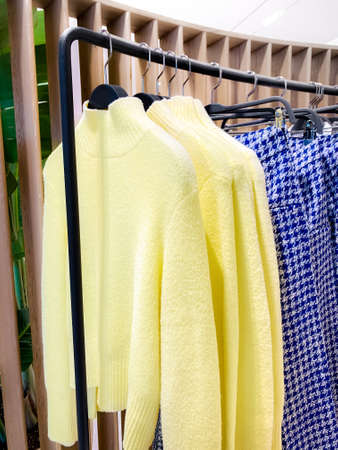 A row of clothes hanging on the rack Zdjęcie Seryjne