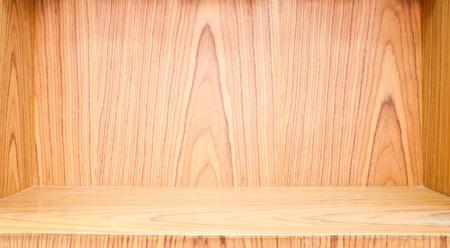wood shelf: Plataforma de madera vac�a en pared de madera