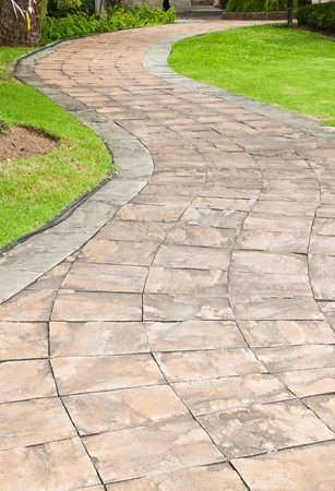 zpevněné: Kamenná cesta v zahradě.
