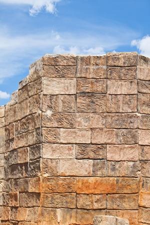 bloque de hormigon: Muro de bloque de hormig�n con cielo azul.