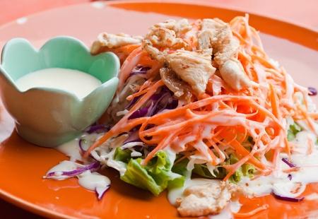 ensalada cesar: ensalada con pollo en la placa roja